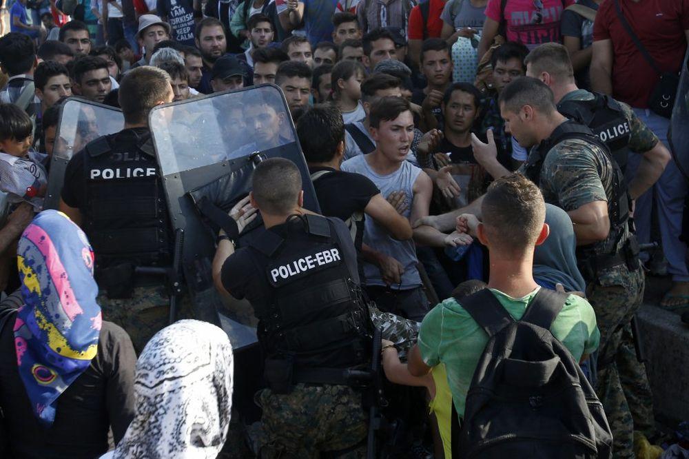 Migranti, Đevđelija, makedonska policija, 19.08.2015, Foto AP
