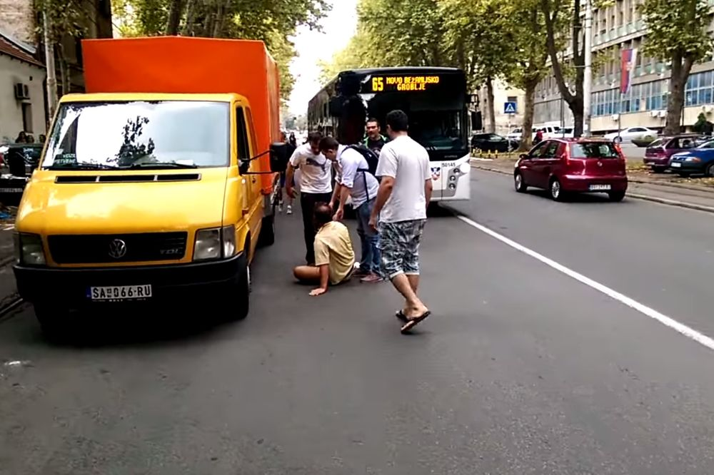 UZNEMIRUJUĆI VIDEO MALTRETIRANJE U CENTRU BEOGRADA: Siledžije pretukle starijeg čoveka na sred ulice