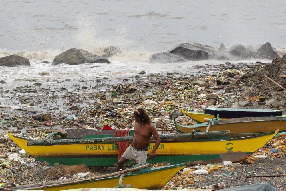 TAJFUN GONI OPUSTOŠIO FILIPINE: Najmanje 10 mrtvih, vetar duva skoro 200 kilometara na čas