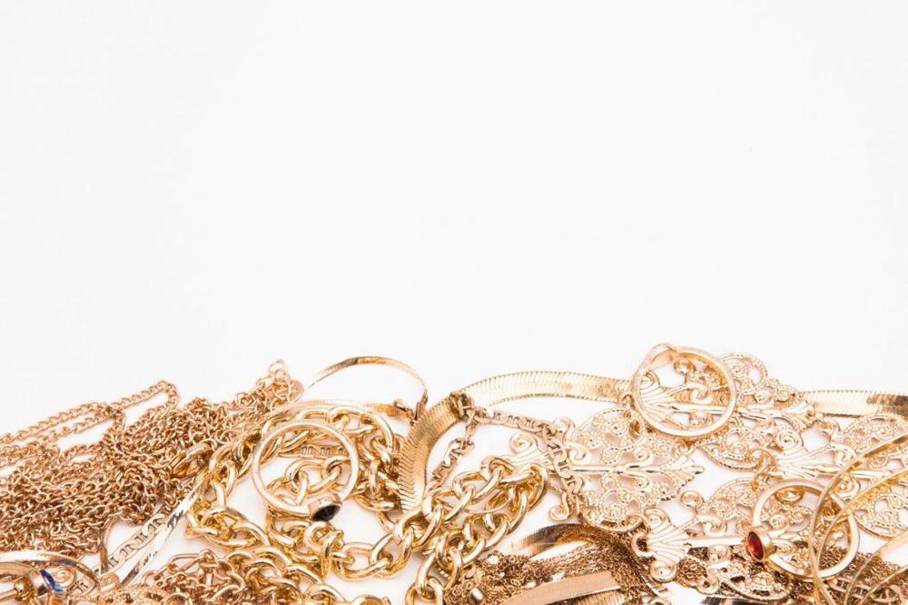 MERKALE PRSTENJE U RUMI: Policija uhvatila dve žene u krađi zlatare
