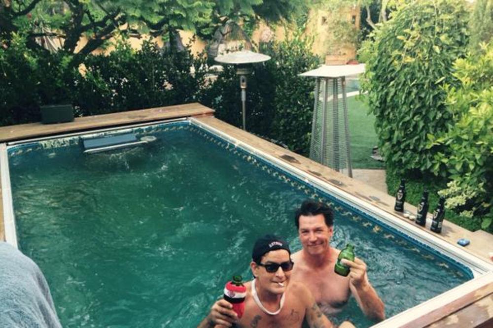 (FOTO) Evo šta je Čarli Šin poručio svima koji uriniraju u njegovom bazenu
