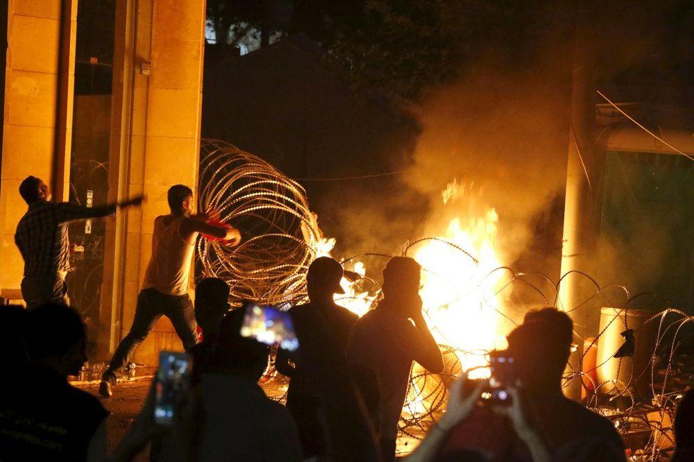 SUKOBI POLICIJE I DEMONSTRANATA: Neredi u Bejrutu se ne smiruju ni posle 3 dana