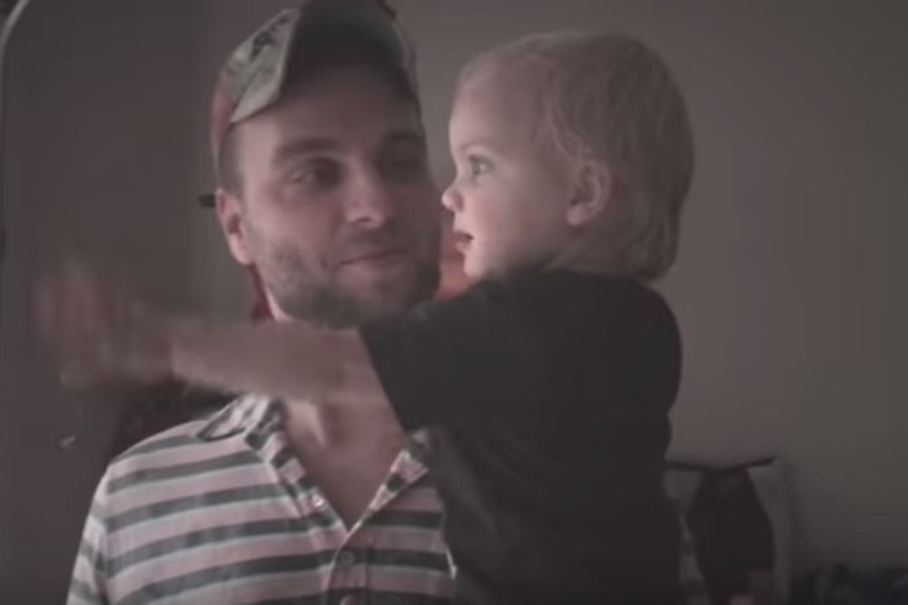 (VIDEO) Beba je prvi put izašla na kišu, a njena reakcija će vas raznežiti