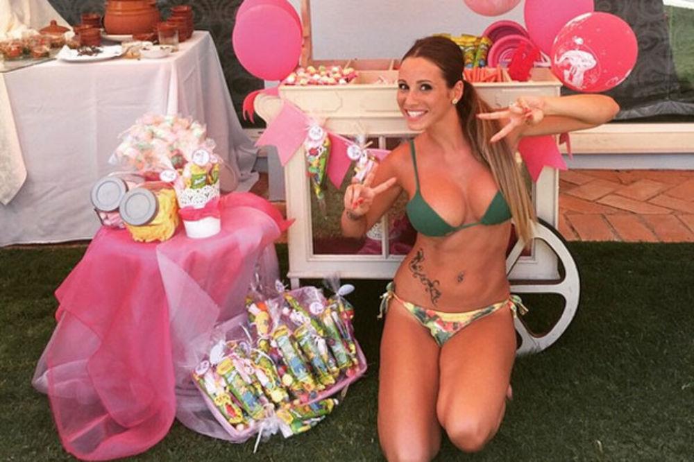 (FOTO) SEKSI MAMA U MINI BIKINIJU: Rakitićeva supruga polugola dočekala goste na rođendanu ćerke