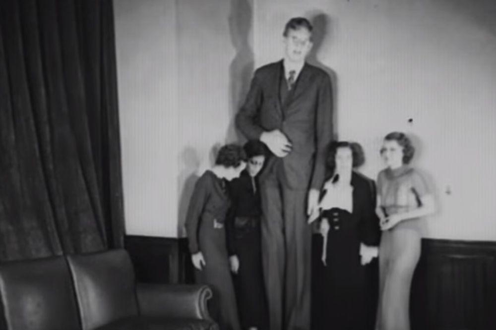 NEOBIČAN ŽIVOT NAJVIŠEG ČOVEKA NA SVETU: Bio je visok 2,7 metara i nosio je cipele 110