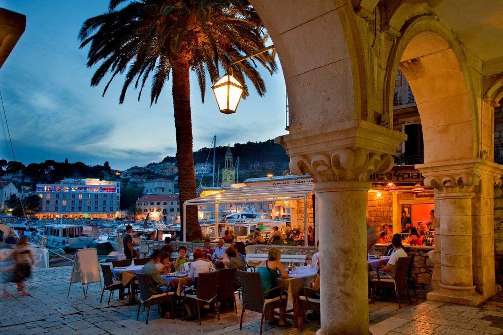 NA HVARU DERU TURISTE: Samo za parče pice i pola litre vode treba vam 8 evra!