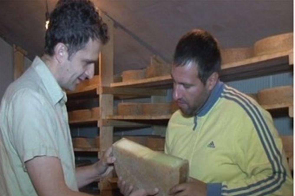 VRATIO SE U DEDOVINU I POKRENUO BIZNIS: Beograđanin pravi švajcarski sir u Foči!