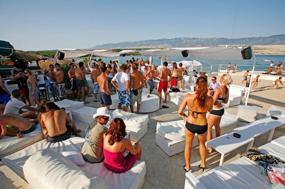 RAT NA HRVATSKIM PLAŽAMA: Meštani pale peškire turistima!