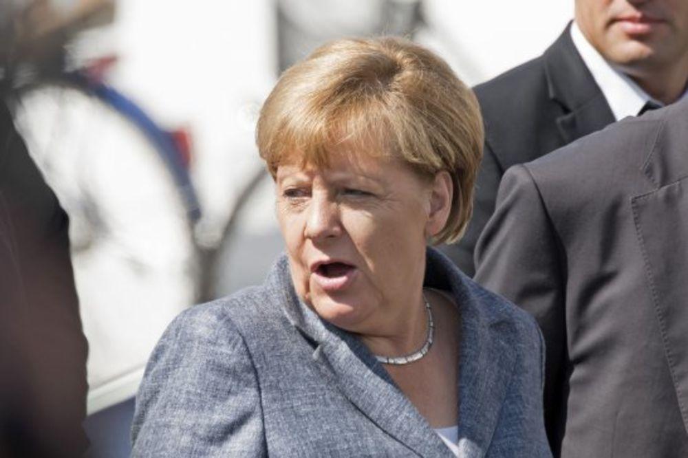 MERKELOVA IZVIŽDANA: Posetila azilante, dočekali je neonacisti