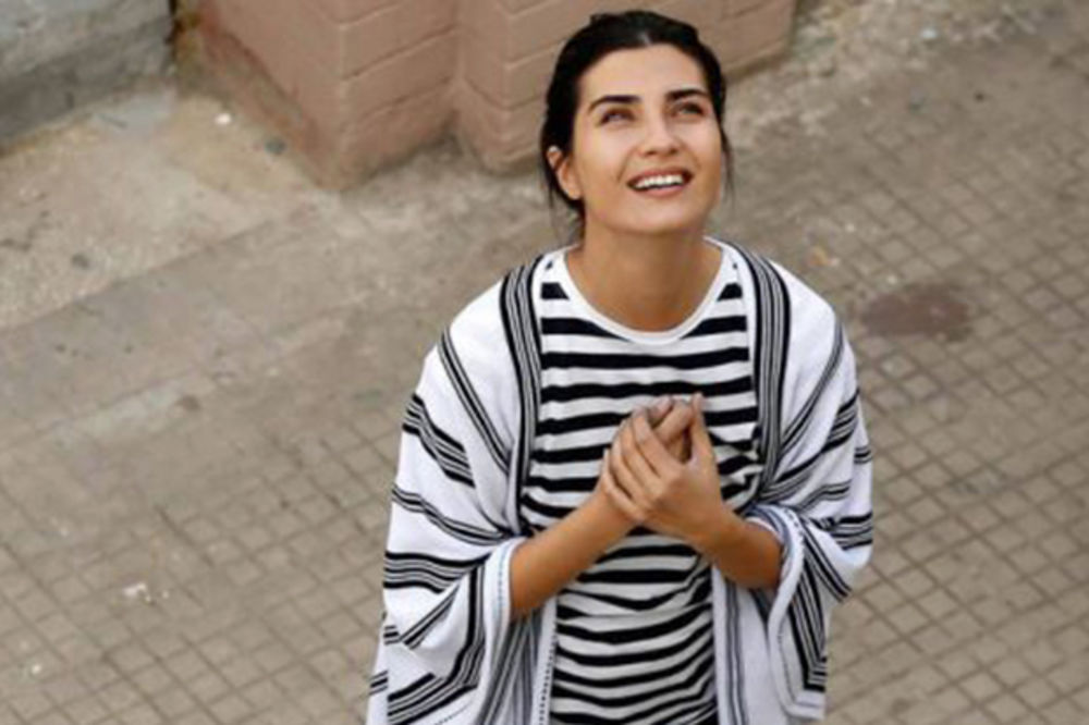 (FOTO) ZAPREPASTILA JAVNOST: Evo zašto je lepa turska glumica Tuba Bujukustun odsekla kosu