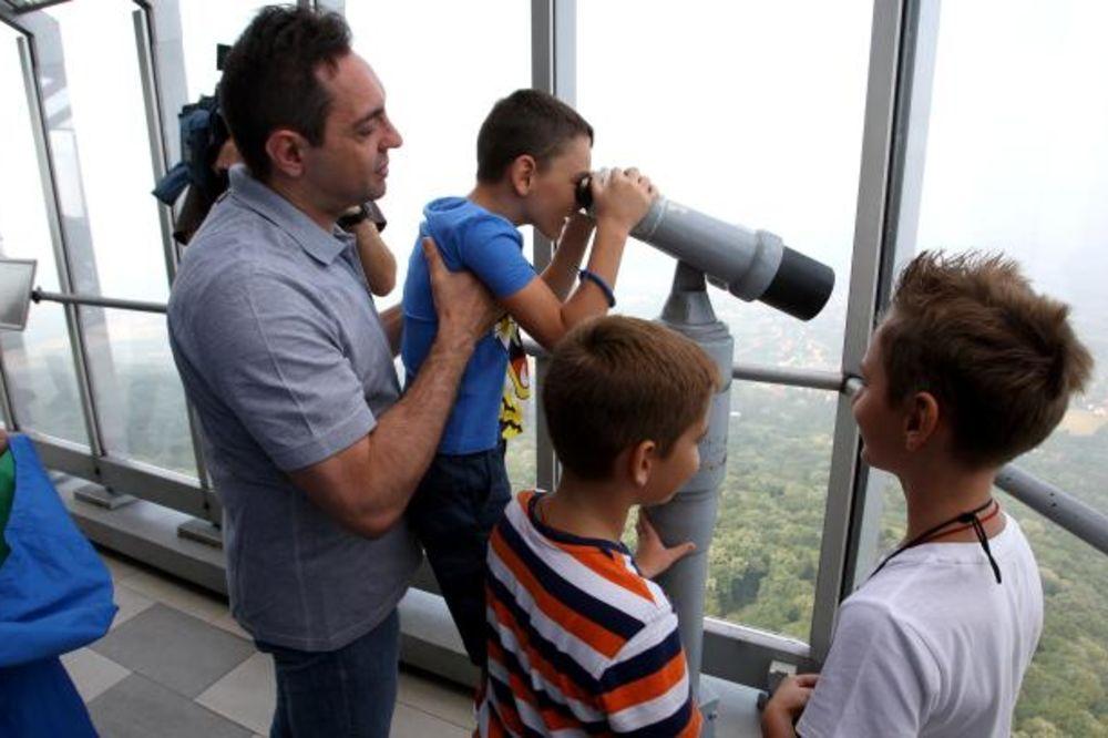 (FOTO) VULIN SE DRUŽIO SA KLINCIMA: Deca iz Hrvatske obišla Avalski toranj