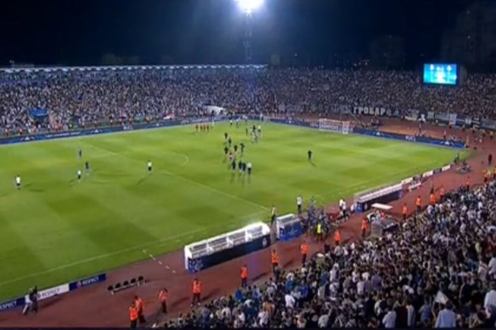 (VIDEO) SASTANAK U POLUVREMENU: Pogledajte kako su Grobari objasnili igračima Partizana šta da rade