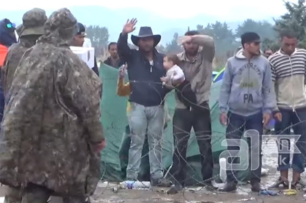 migranti, paketi, krst, odbijanje, pomoć, Foto: printscreen Youtube