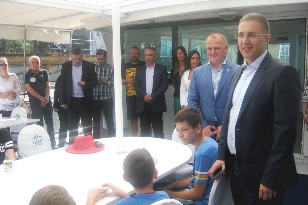 (FOTO) UŽIVANCIJA NA SAVI I DUNAVU: Vesić i Stefanović na krstarenju sa decom iz Hrvatske