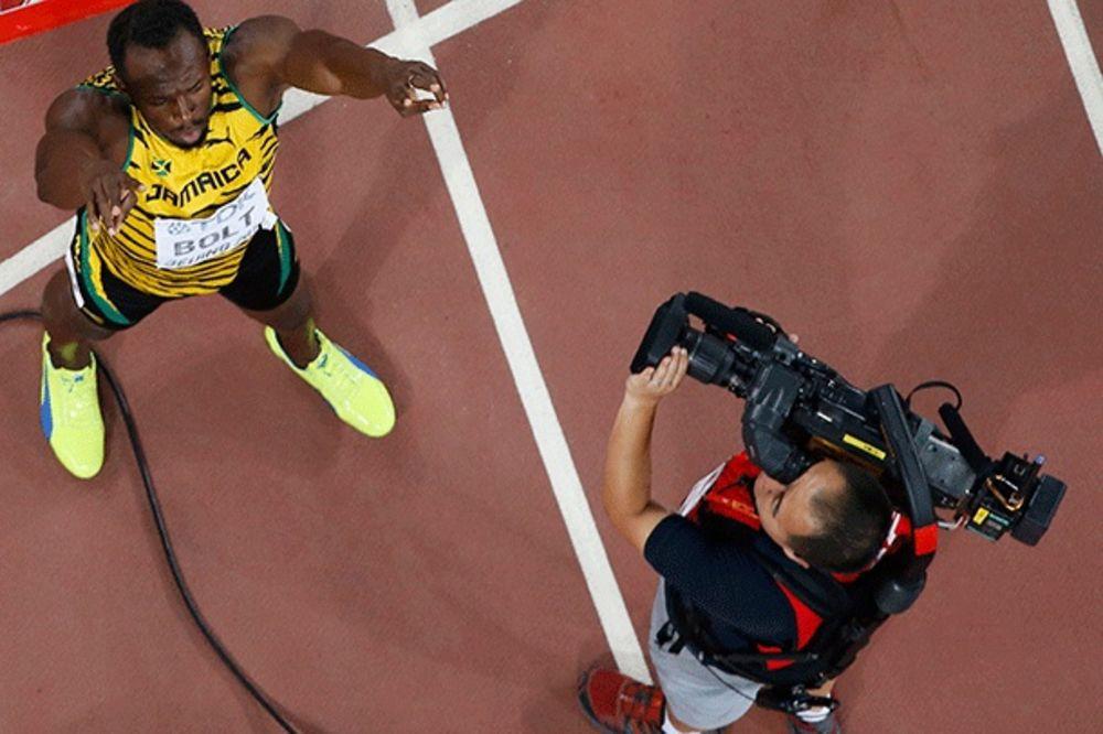 (VIDEO) URNEBESNO: Pogledajte kako je kamerman uleteo klizeći start Boltu i umalo mu polomio nogu