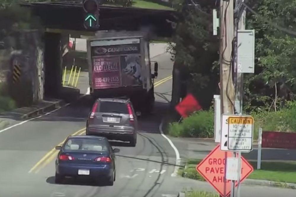 (VIDEO) NIŠTA MU NE MOGU: Ovo je nadvožnjak poznat kao ubica kamiona