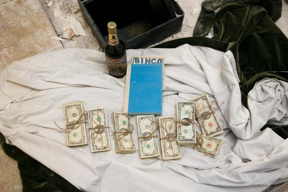 (FOTO) HTELI SU SAMO DA RENOVIRAJU KUHINJU: Pronašli su skriveni sef i u njemu pravo blago!