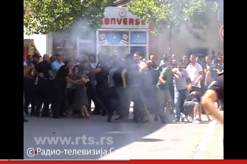 FOTO NAPAD NA SRBE U ĐAKOVICI: Albanci probili kordon, bacali petarde i gađali policiju farbom