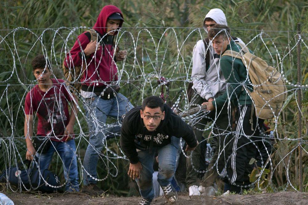 PROVLAČE SE NA SVE NAČINE: Uprkos žici juče 2.700 ljudi ušlo u Mađarsku