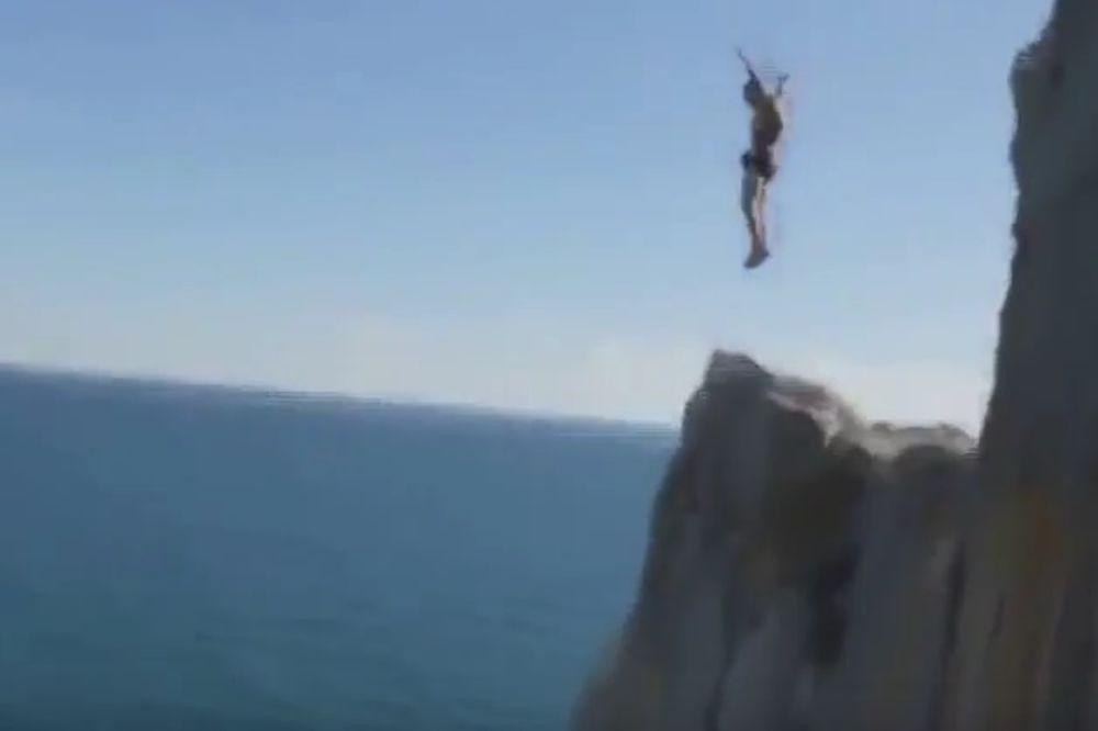 ADRENALIN GA KOŠTAO ŽIVOTA: Pogledajte fatalan skok sa litice od 53 metara