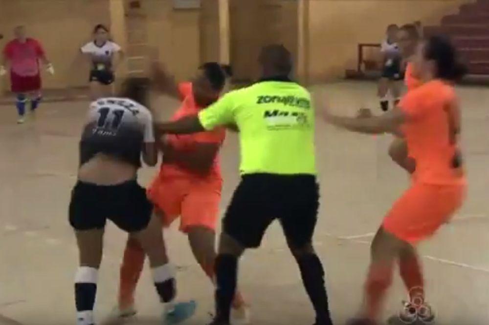 (VIDEO) START ZA ZATVOR: Ovakva brutalnost na ženskoj futsal utakmici odavno nije viđena