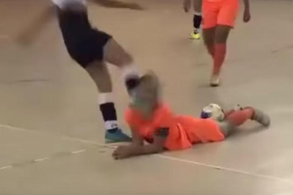 (VIDEO) DIVLJAŠTVO NA ŽENSKOM FUTSALU: Igračica šutnula u glavu protivnicu koja je ležala na terenu!