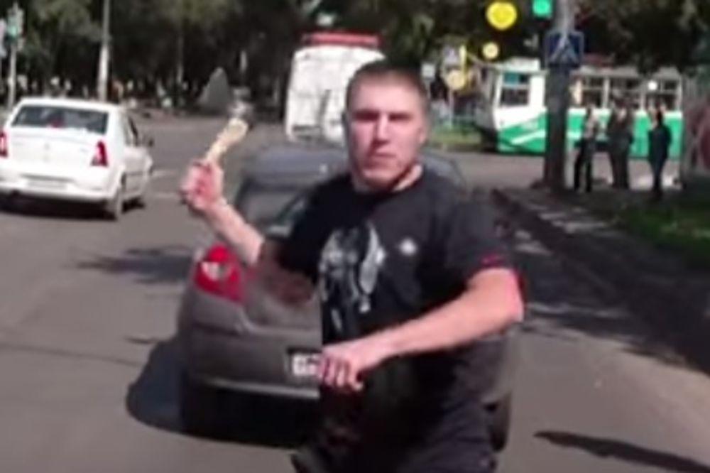 ŠTA SE DOGODI KAD IZNERVIRAŠ RUSA U SAOBRAĆAJU Prvo je potegao sekiru, a onda je izvadio i pištolj!
