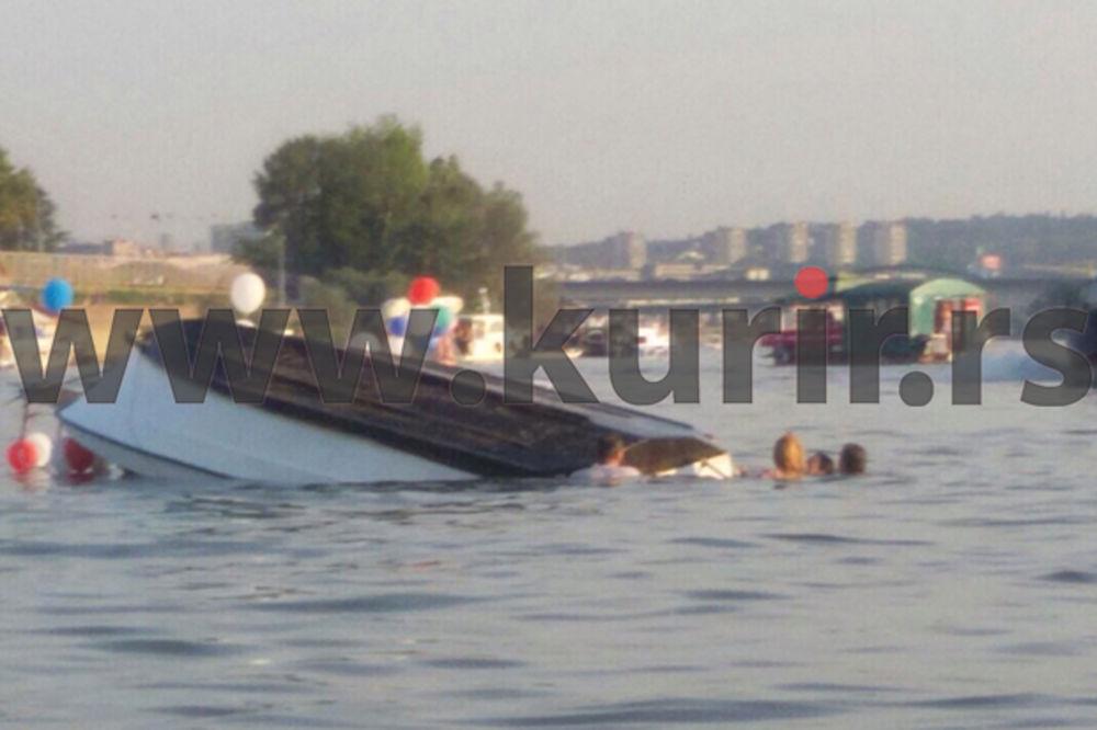 INCIDENT U BEOGRADU: Prevrnuo se pun čamac ljudi na Karnevalu brodova!