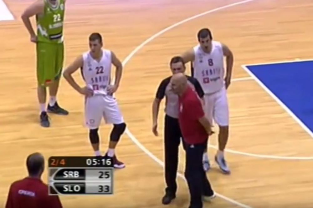 (VIDEO) KAD SE SALE NALJUTI: Pogledajte zbog čega je Đorđević uleteo do sredine terena