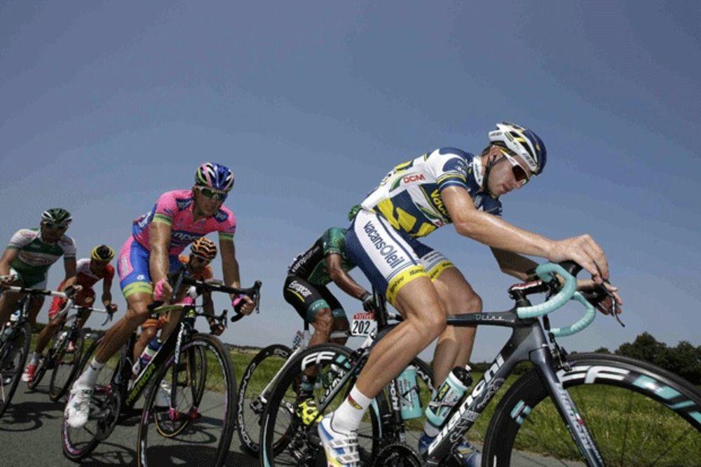 STRAŠNO: Biciklista u komi posle pada na Trci kroz Španiju