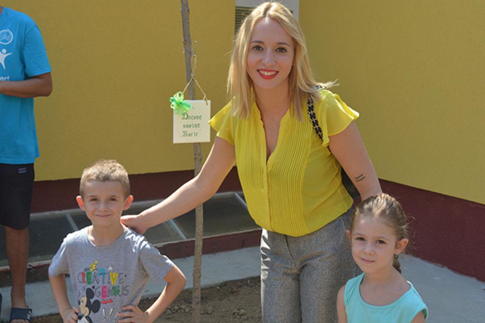 Poznati s mališanima zasadili drvo u vrtiću u Svilajncu