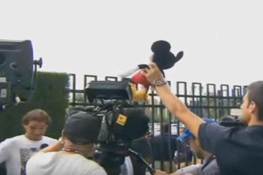 (VIDEO) NOVAKOV ŠOU U NJUJORKU: Đoković sa Mikijem Mausom zbunio Nadala, a onda đuskao sa decom