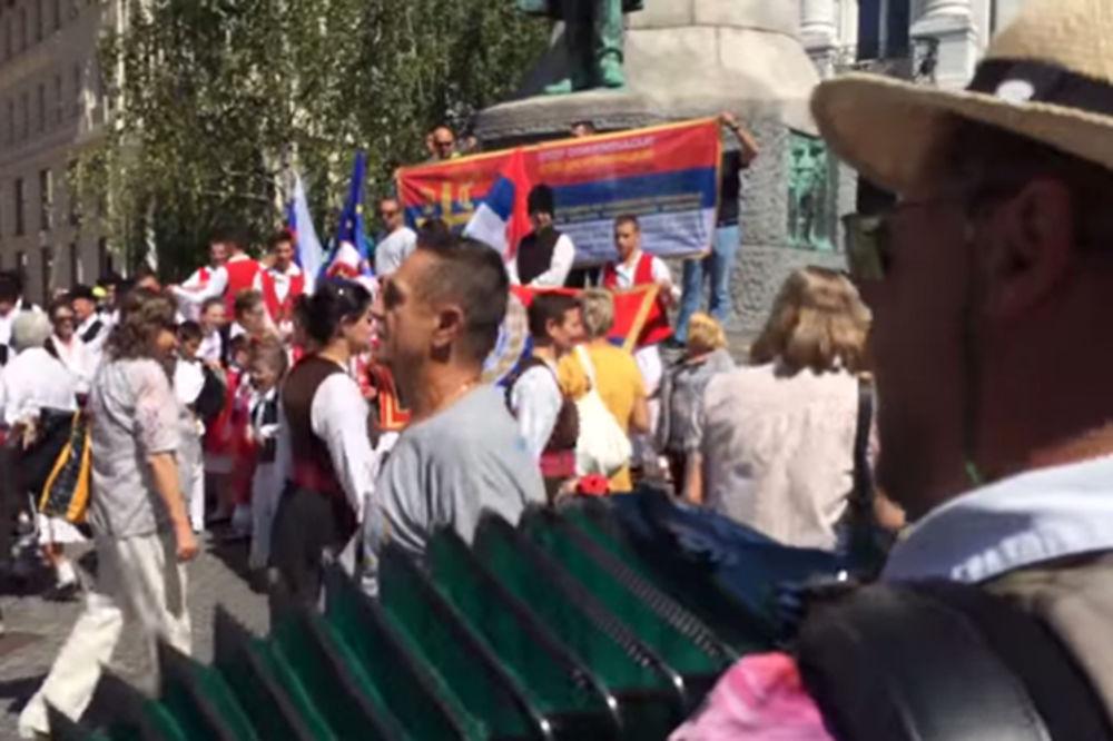 (VIDEO) SKANDAL U CENTRU LJUBLJANE: Obesni slovenački harmonikaš ometao srpski narodni skup