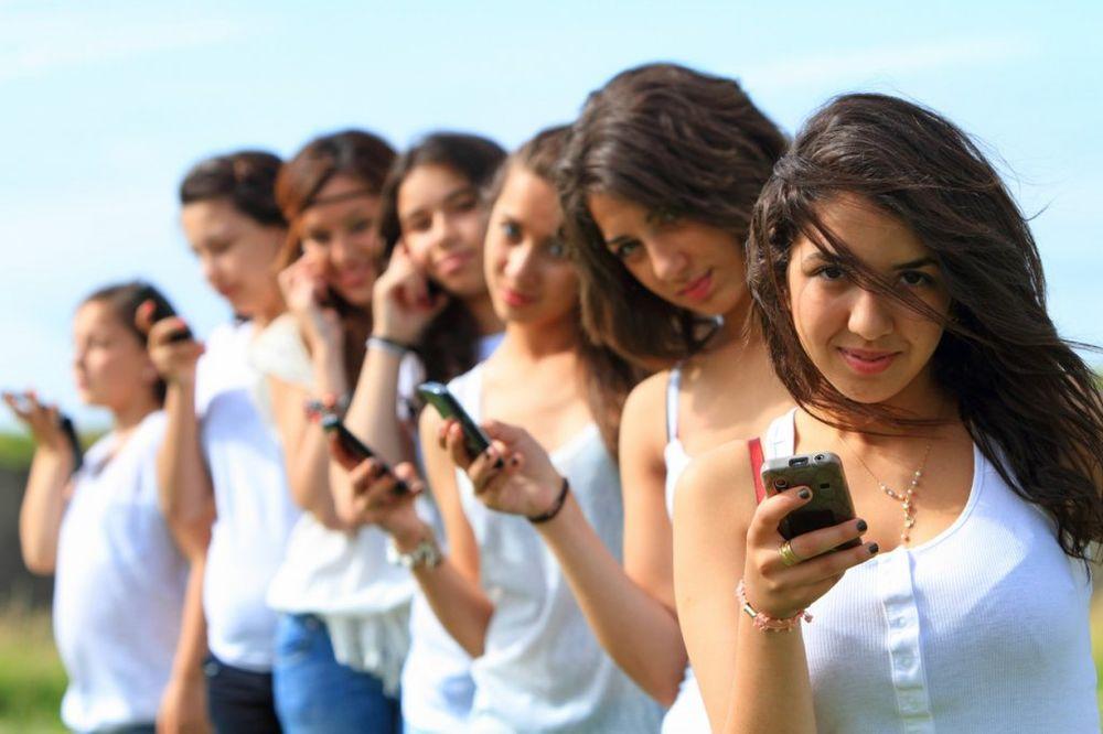 URNEBESNO: Evo šta će  vam se desiti kad se na ulici ponašate kao na Fejsbuku!
