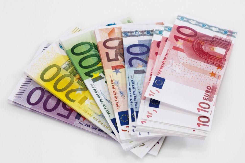 DINAR OSLABIO: Evro danas 122,3 dinara