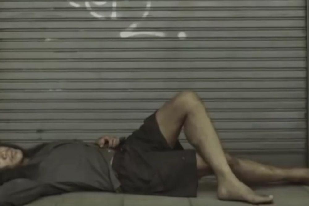 (VIDEO) Šutirao je beskućnika, a kada je shvatio kakav je njegov život, bilo je prekasno