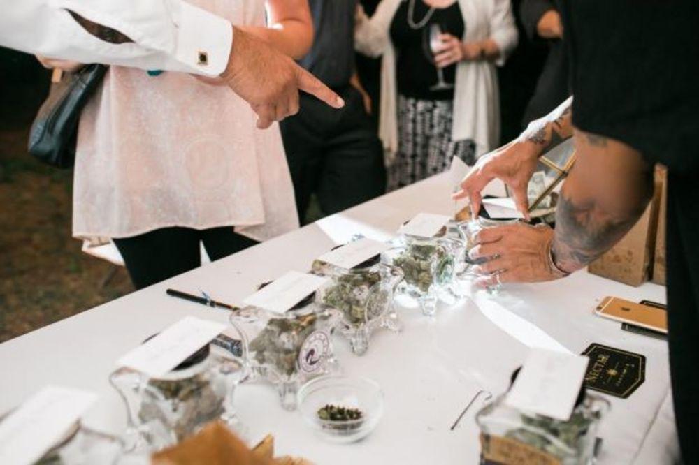 (VIDEO) NJIHOVA SVADBA JE HIT: Mladenci počastili goste švedskim stolom punim marihuane!