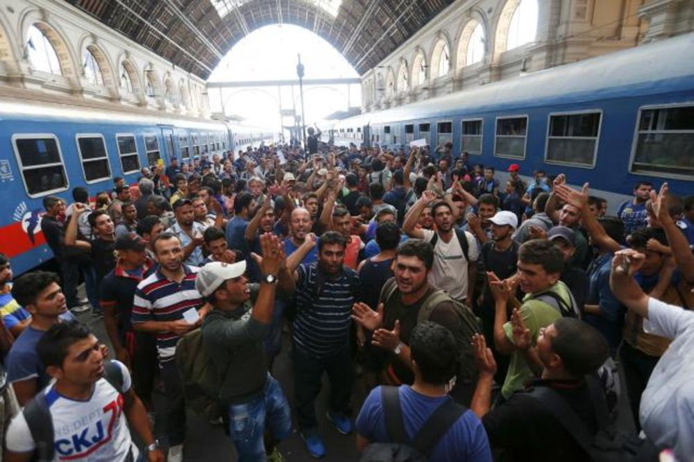 (FOTO) MIGRANTI ZAROBLJENI U BUDIMPEŠTI: Mađari otkazali sve vozove za Evropu