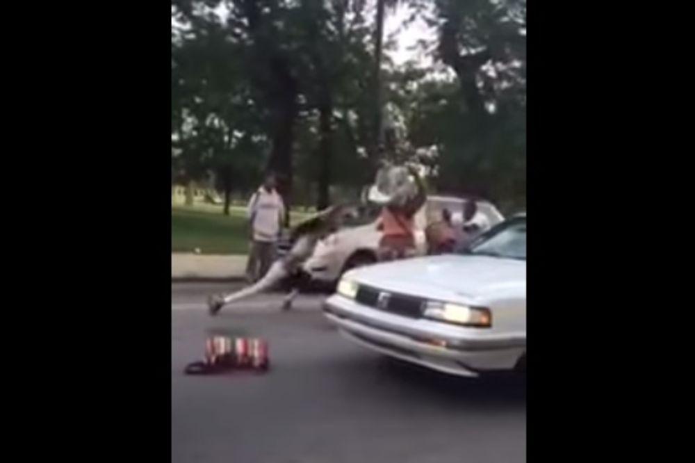 ŠOKANTAN VIDEO: Prebile vozača pesnicama, palicom i dečjim sedištem!