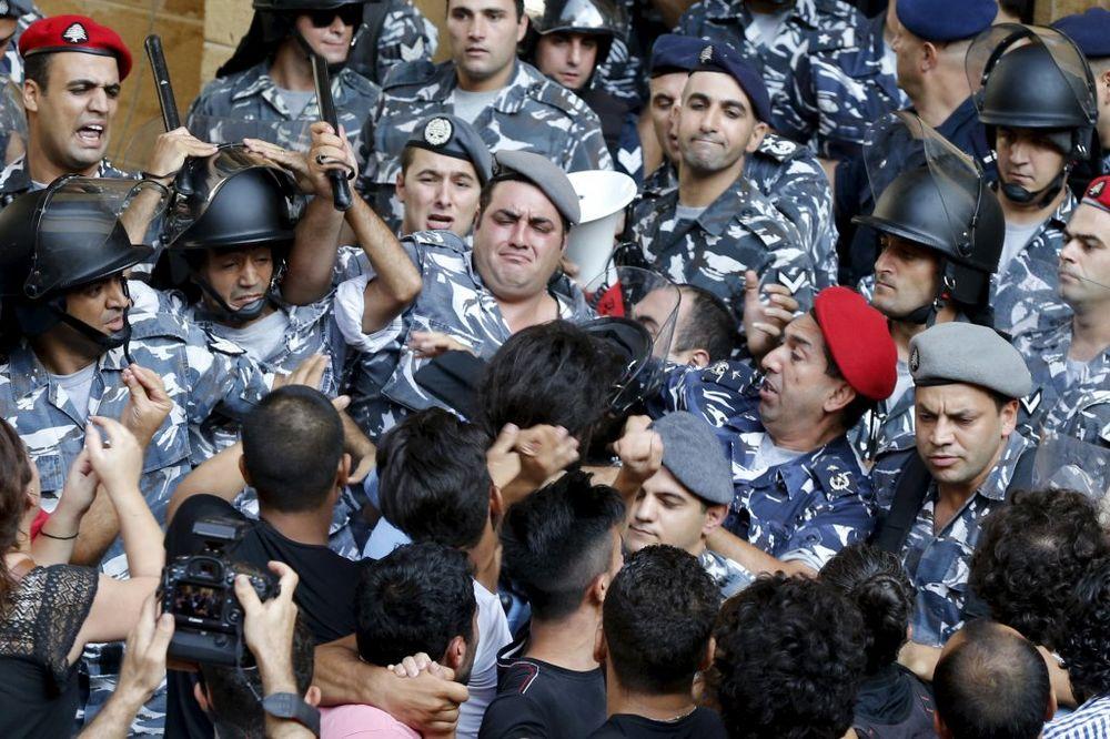 NEREDI NA SEDMOM SPRATU: Policija nasilno tera demonstrante iz Ministarstva u Bejrutu
