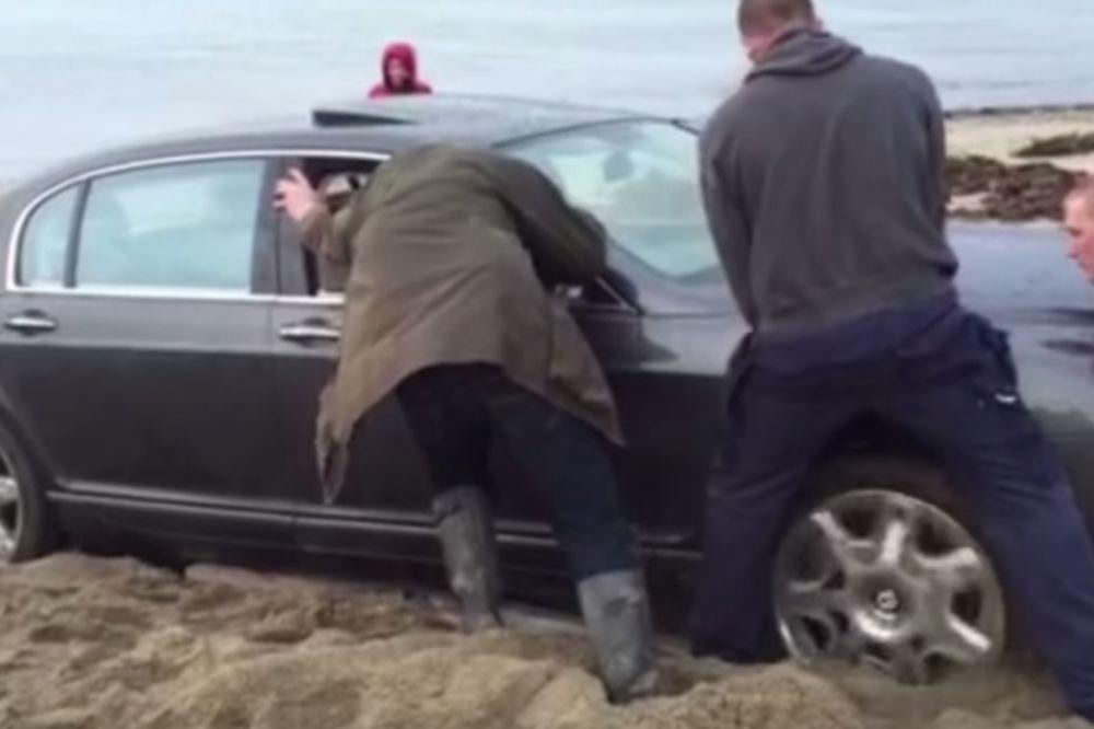 (VIDEO) KAKVA BLAMAŽA Rus se bentlijem od 160.000 evra zaglavio u pesku! U pomoć mu pritekao traktor