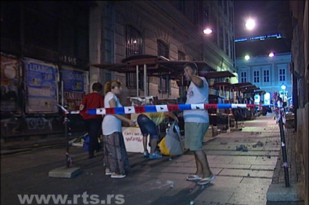 OPASNO: Pao deo fasade u centru Beograda, umalo stradali prodavači knjiga!