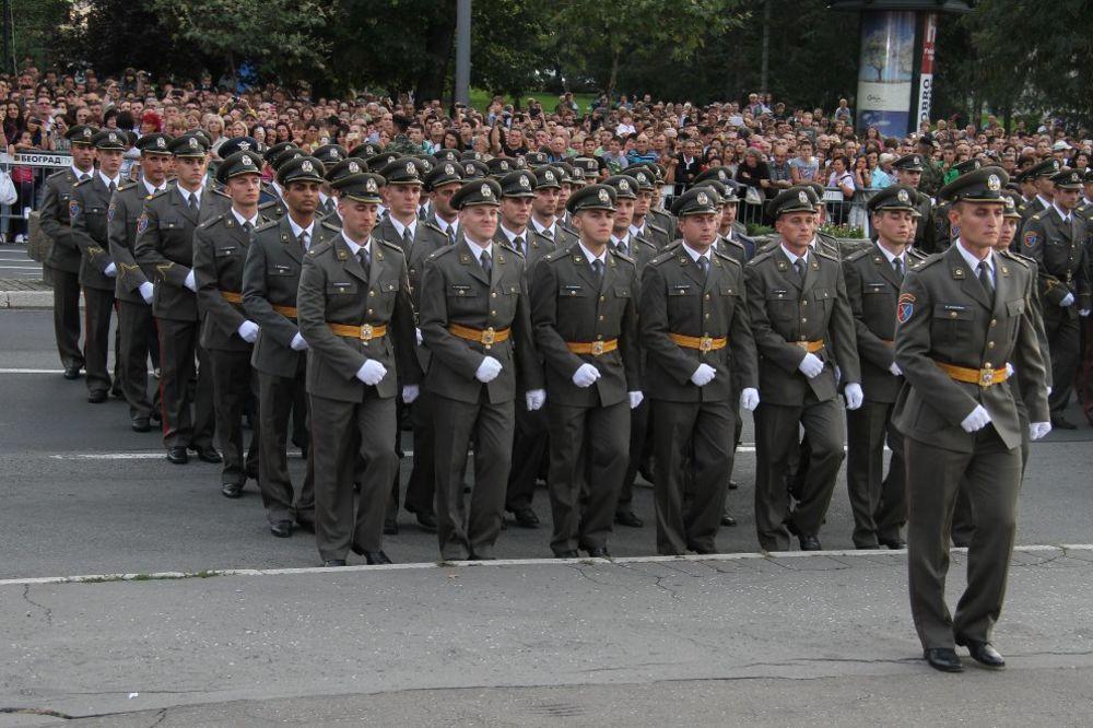 DESETI PUT: Mladi potporučnici u subotu marširaju ispred skupštine