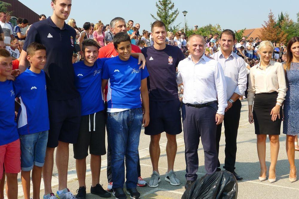 (FOTO) REKORD PO BROJU ĐAKA PRVAKA: Goran Vesić i poznati sportisti u osnovnoj školi u Vinči