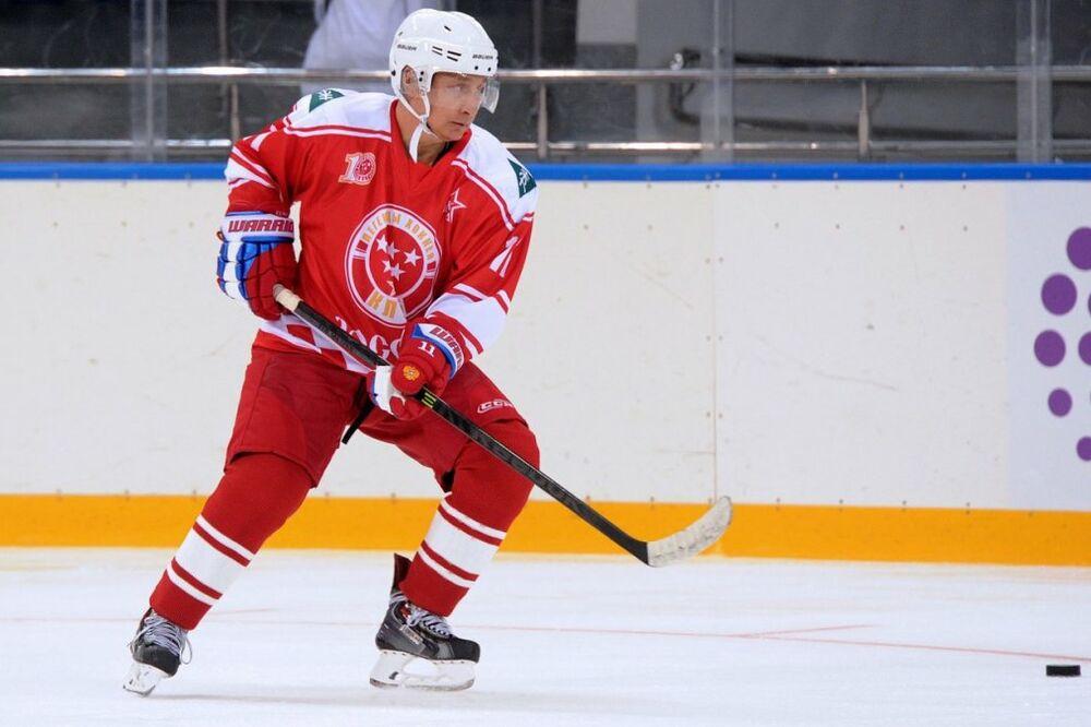 (VIDEO, FOTO) PUTIN U CRVENO-BELOM: Prvi čovek Rusije hokejaškim majstorijama oduševio svet!