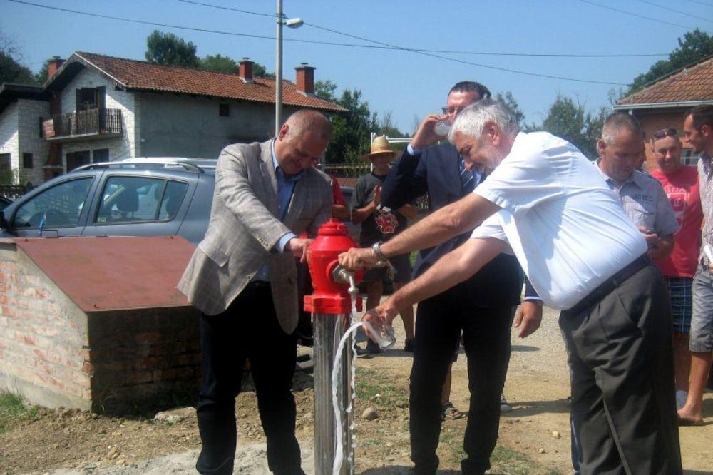 (FOTO) VESIĆ: Meštani dobili gradsku vodu, gradnju nastavljamo dok poslednju kuću ne priključimo