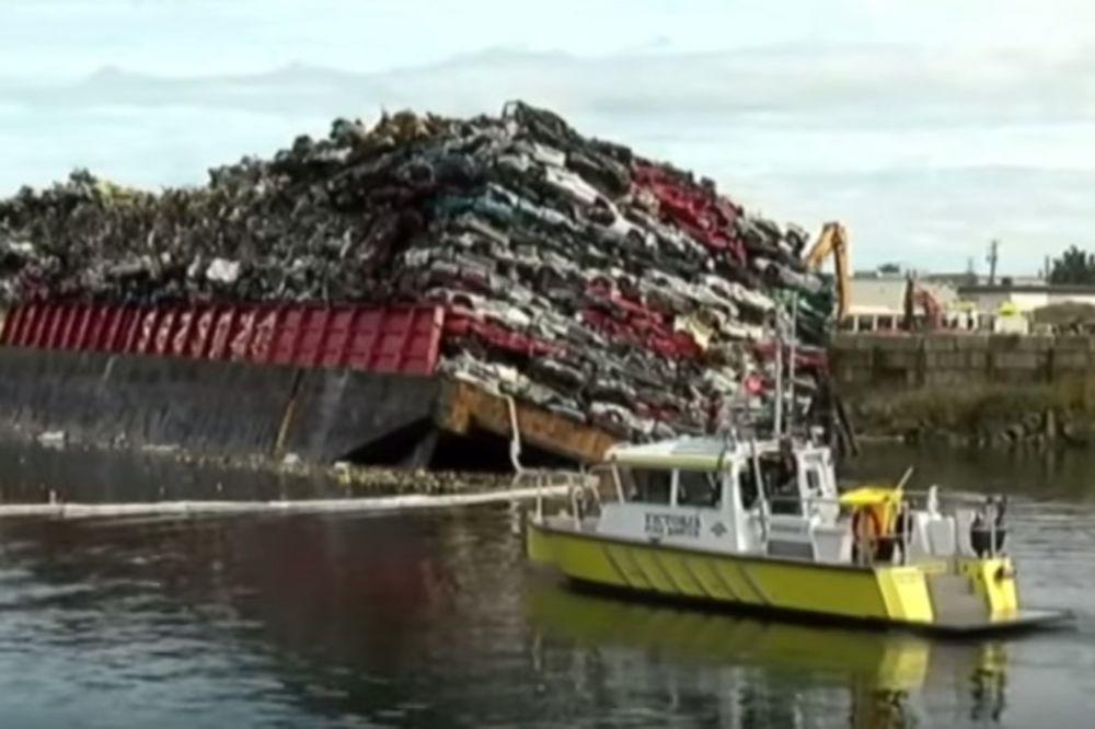 (VIDEO) MOGLI SU SAMO MIRNO DA POSMATRAJU: Ovako tone brod sa stotinu automobila