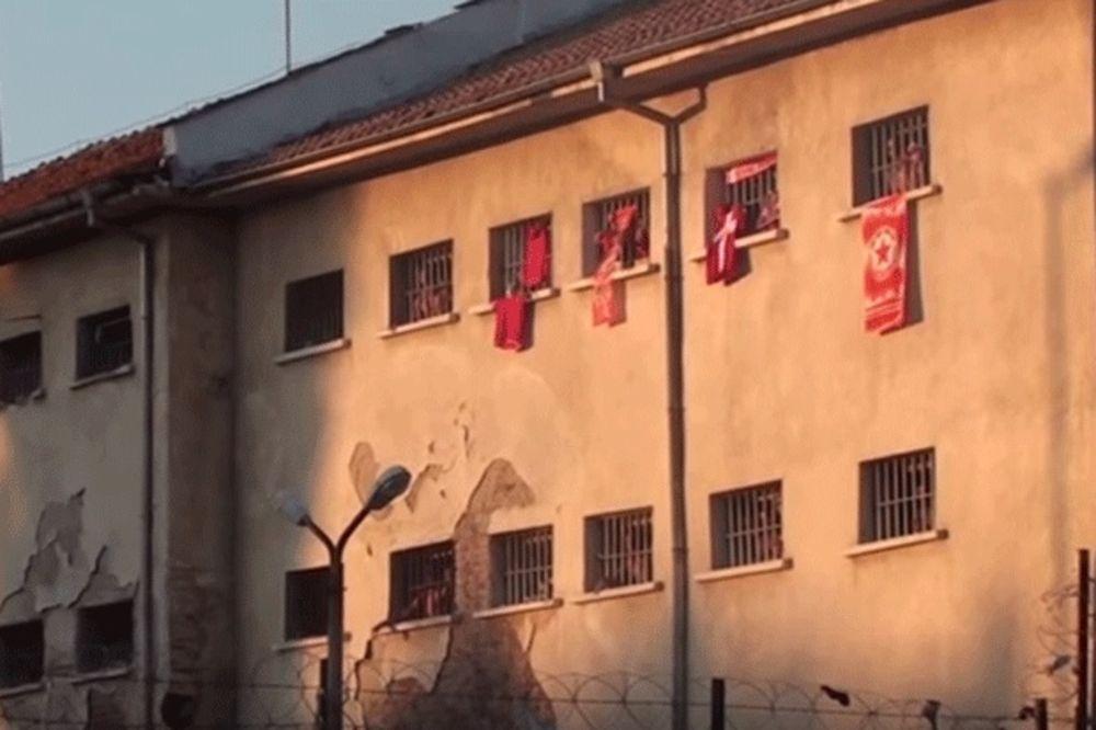 (VIDEO) ZATVOR U CRVENO-BELOM: Pogledajte kako se navija iza rešetaka