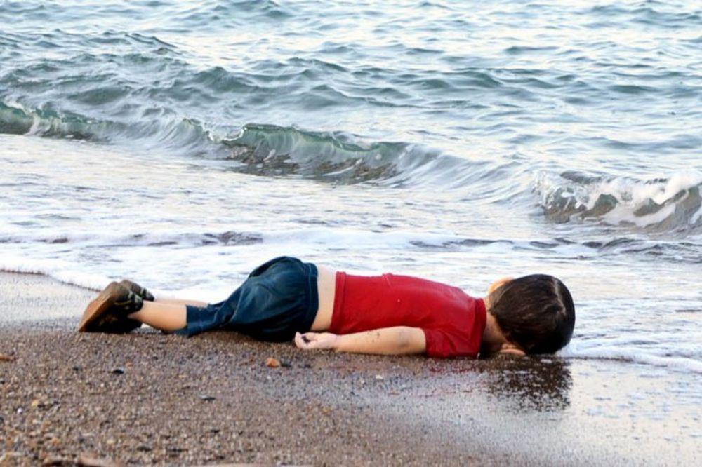 (UZNEMIRUJUĆE) SLIKE KOJE SU POTRESLE SVET: More izbacilo sirijskog dečaka (3) na plažu u Bodrumu