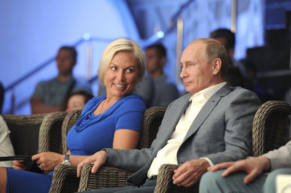 (FOTO) PUTIN UHVAĆEN S NOVOM DEVOJKOM: Natalija je bokserka, viša od njega 21 centimetar!